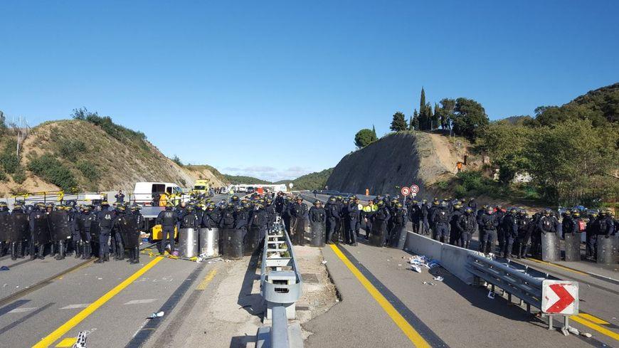 Plusieurs dizaines de CRS sont déployés à la frontière franco-espagnole au Perthus pour déloger les manifestants indépendantistes.