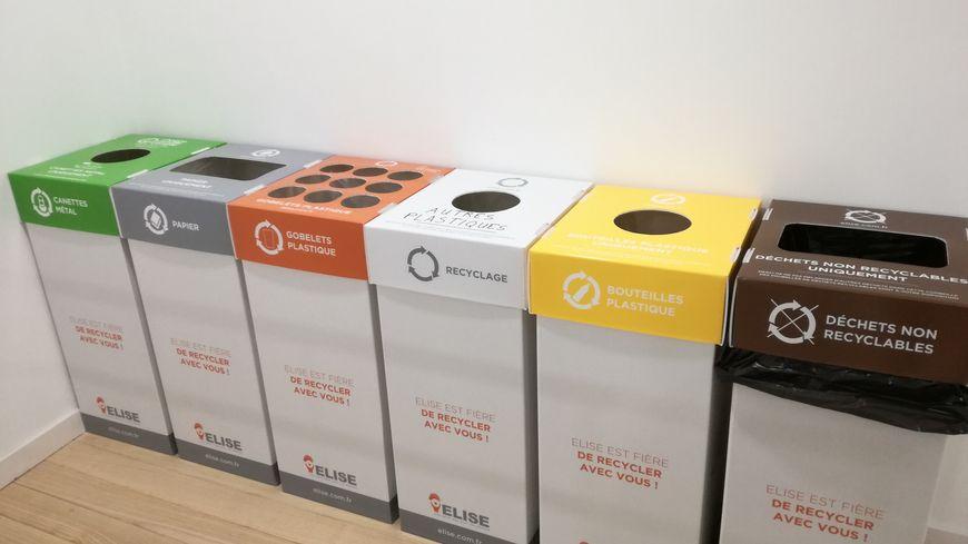A chaque étage, le groupe The Links a installé ces six poubelles de tri grâce à l'entreprise Elise.