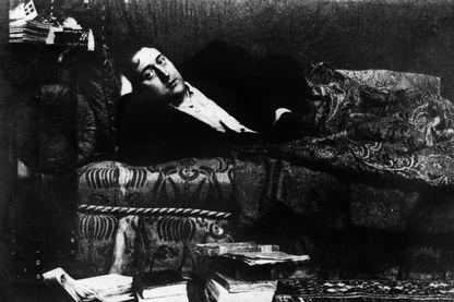 Guillaume Apollinaire, écrivain, poète, critique et dramaturge français... photographié à Paris en 1909
