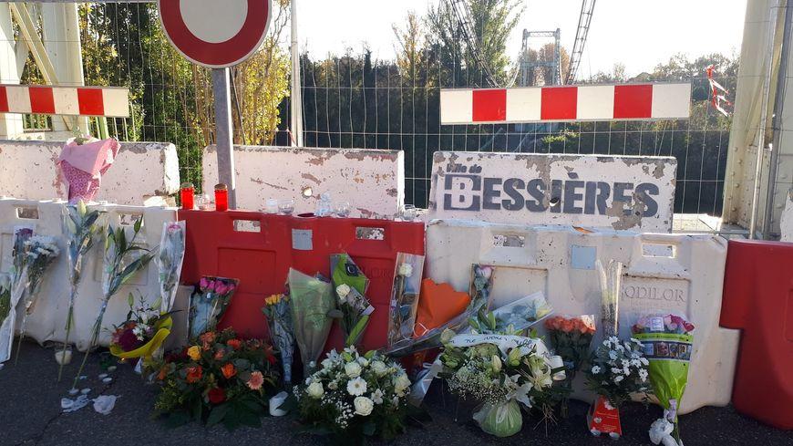 Les habitants de Mirepoix-sur-Tarn déposent des fleurs devant le pont effondré en hommage aux familles des victimes