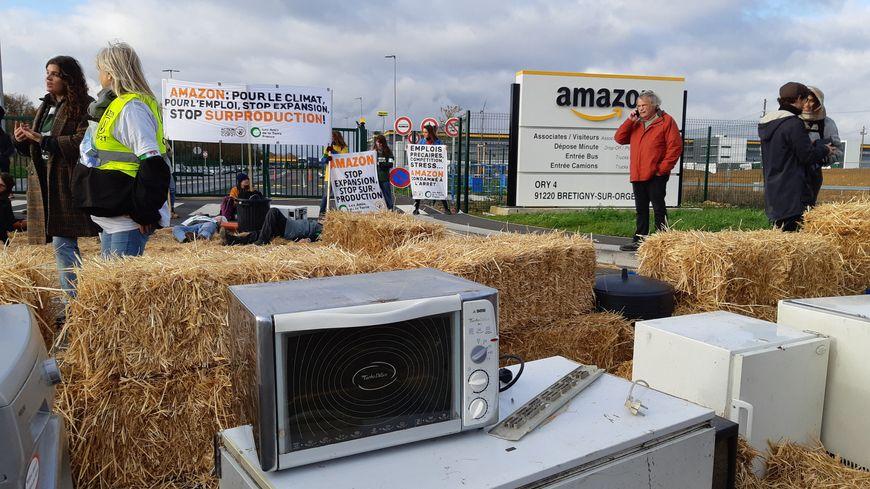 Blocage du site logistique d'Amazon à Bretigny-sur-Orge par des militants écologistes d'ANV Cop21 et des Amis de la Terre