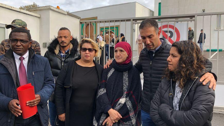 La famille Baggar et leur avocat, Maître Nouhou Diallo (à gauche), demandent la qualification d'acte terroriste