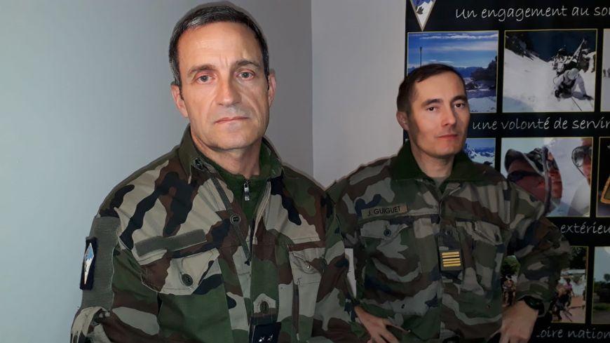 Le général Pierre-Joseph Givre (27e BIM) et le colonel Joan Guiguet, (93e RAM)