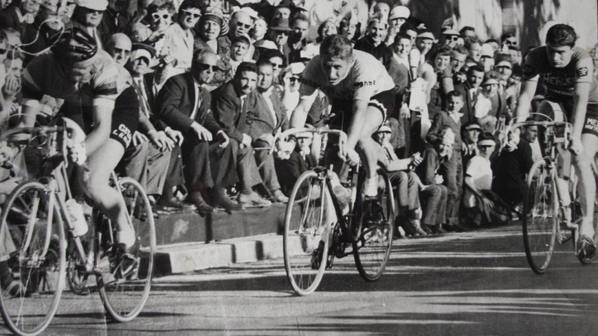 Raymond Poulidor (à droite) dans la roue de Jacques Anquetil, à Laval en 1962 lors du Critérium d'après Tour.