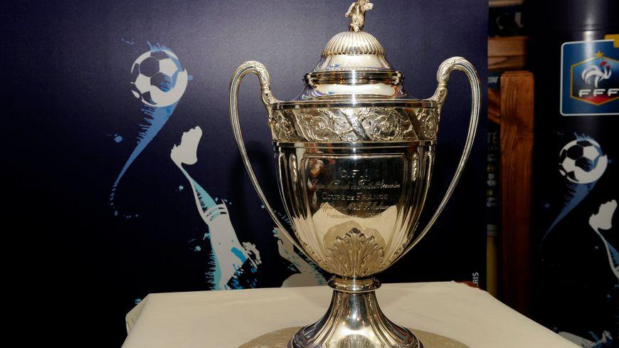 La Coupe de France de football, trophée convoité chaque année.