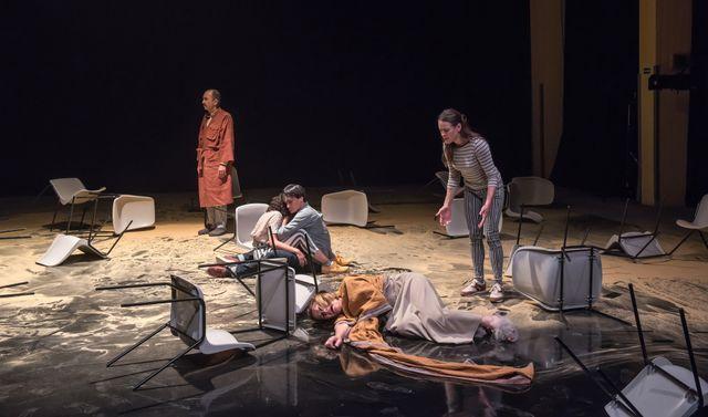 """""""Je me souviens de mon enfance comme d'un cri."""" - 'Place', écrit et mis en scène par Tamara Al Saadi"""