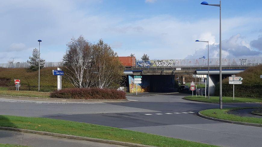 Les panneaux de signalisation et la chaussée portent les stigmates de la mobilisation des gilets jaunes à l'entrée de la zone commerciale de Langueux