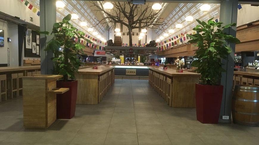 """L'entrée du """"foodcourt"""", la halle qui regroupe plusieurs enseignes de restauration."""