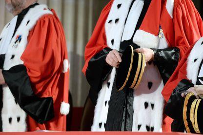 Des magistrats assistent à la cérémonie d'assermentation des auditeurs de la justice le 6 février 2015 à l'École nationale des magistrats de Bordeaux.