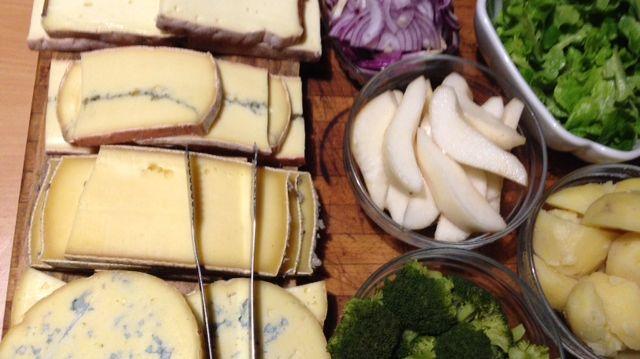 La raclette est prête avec ses accompagnements...parfois surprenants! Le tout accompagné des explications d'Antoine ABELLAN - Maître fromager au Bois d'AMALTHEE  à Brive et sur les marchés.