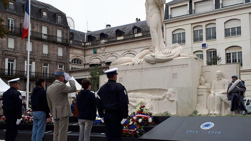 Des écoliers, collégiens et lycéens aux côtés des autorités civiles et militaires pour les commémorations de l'armistice devant le monument aux morts de Limoges.