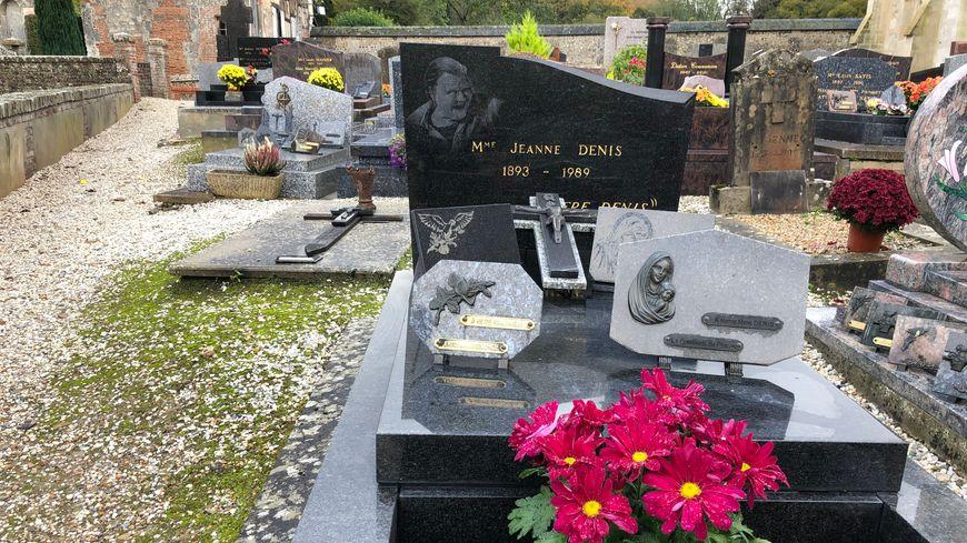 """La """"Mère Denis"""", une des grands-mères les plus célèbres de France, repose dans le cimetière de Saint-Hymer depuis 30 ans. Régulièrement, des fleurs sont déposées sur sa tombe."""