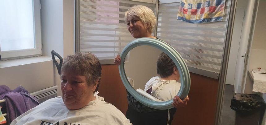 """""""C'est gratifiant d'aider une personne à se sentir mieux dans sa peau"""", souligne Isabelle, la coiffeuse bénévole"""