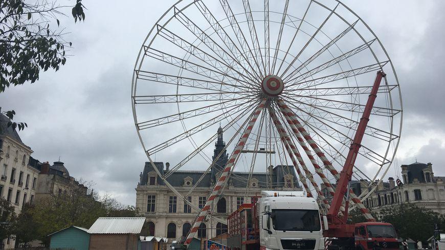 La grande roue de Noël en cours d'installation à Poitiers - France Bleu