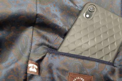 La poche anti onde peut etre montée à tout endroit dans la veste