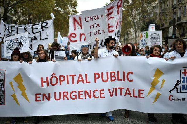 """""""Hôpital public en urgence vitale"""", peut-on lire sur une banderole."""