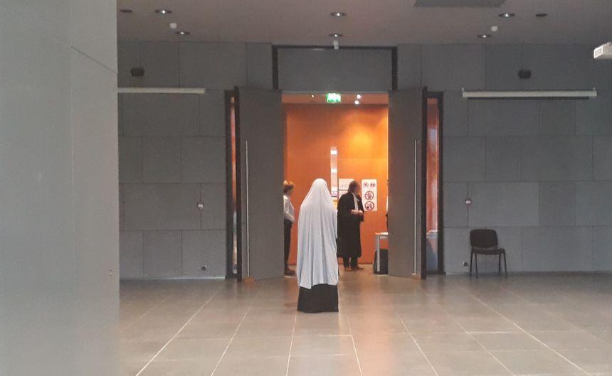 La mère d'Hafsa, de dos, à son arrivée dans la salle de la cour d'assises