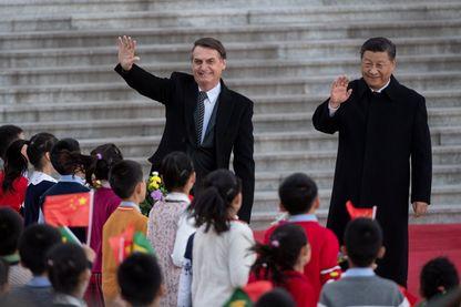 Le président brésilien Jair Bolsonaro s'est rendu à Pékin le 25 octobre 2019 pour se « réconcilier » avec la Chine qu'il avait violemment critiquée l'an dernier, avant d'accueillir aujourd'hui le président chinois Xi Jinping à Brasilia.
