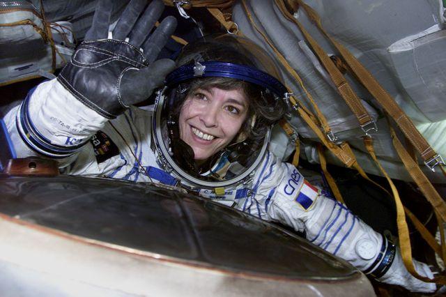 Claudie Haigneré, 1ère française dans l'espace – et encore unique à ce jour – revenant d'un vol spatial de sur l'ISS (International Space Station) en 2001.