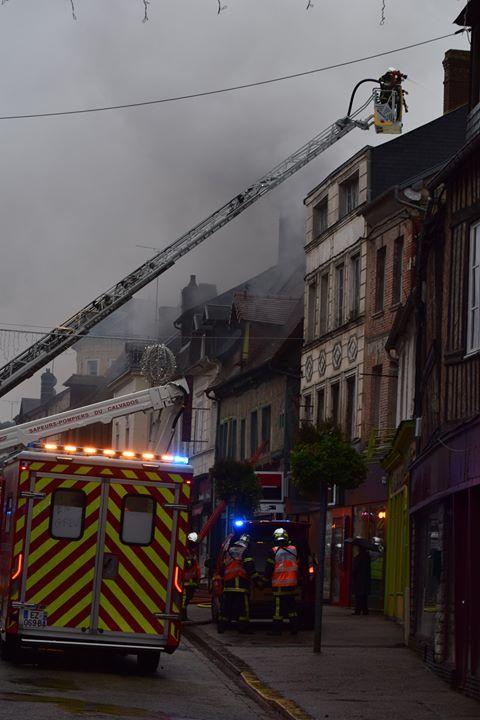 Le feu a paralysé la rue principale d'Orbec pendant une bonne partie de l'après midi.