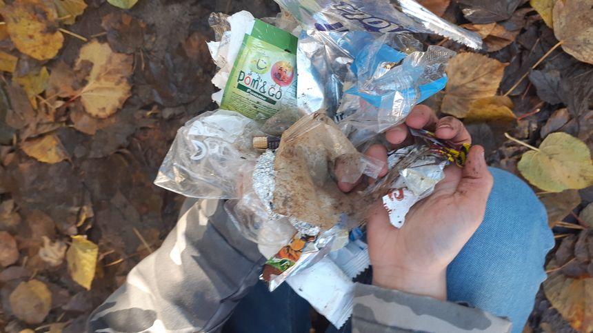 De nombreux emballages abandonnés par les élèves dans la cour de l'école de Pont-sur-Yonne