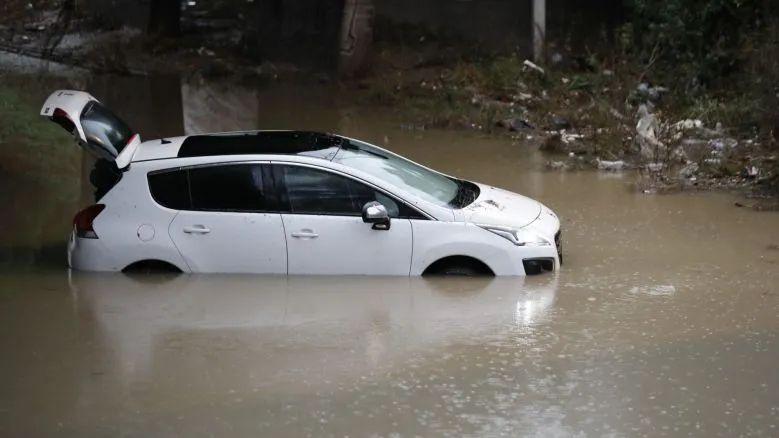 Une famille a tenté de quitter sa maison en voiture samedi.