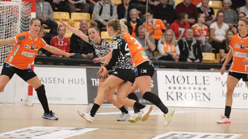L'ESBF de Pauline Robert et Line Uno (maillots noir et blanc) a sérieusement fait douter les stars d'Odense dans leur salle danoise au 3e tour - aller de la Coupe EHF (10 novrembre 2019)