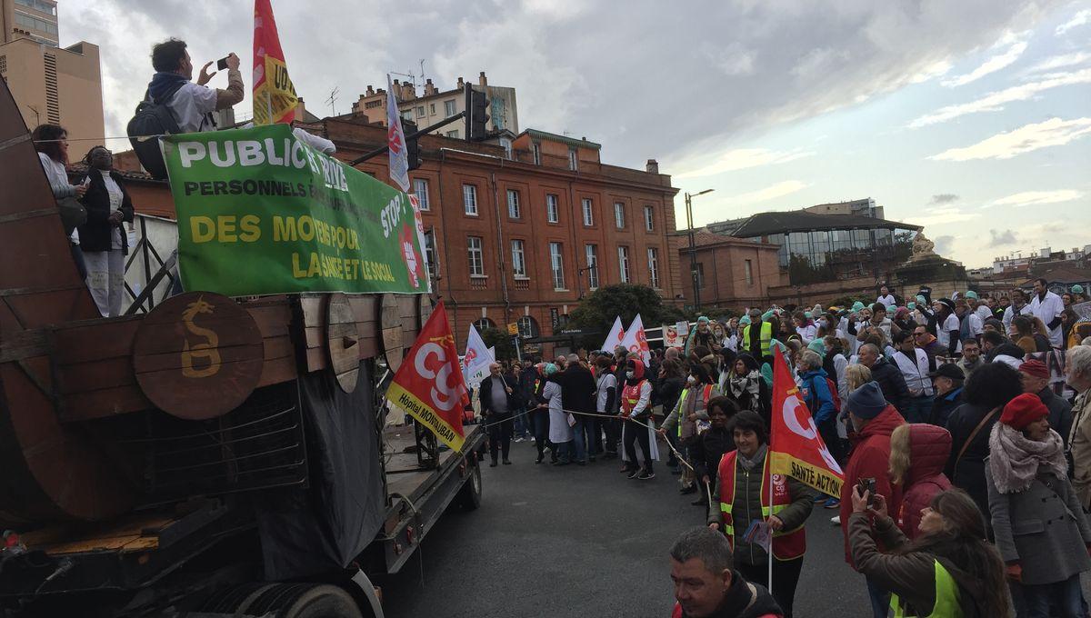 PHOTOS - plusieurs centaines de médecins et soignants manifestent à Toulouse