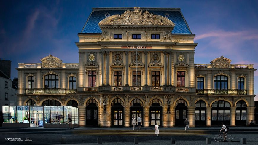 Vue de la façade du théâtre à l'italienne après sa restauration et sa mise en lumière