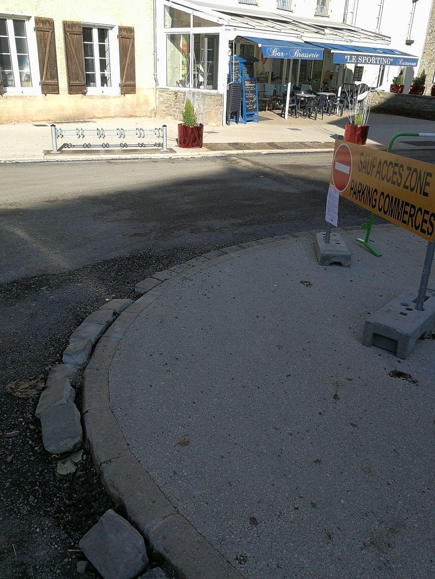Cette bordure de trottoir a été mise à bas par un poids-lourd