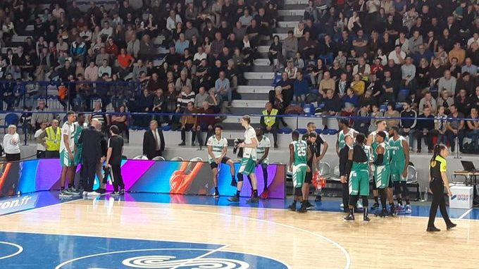 Trois joueurs roannais et un Béarnais sont exclus dans le 3e quart temps.