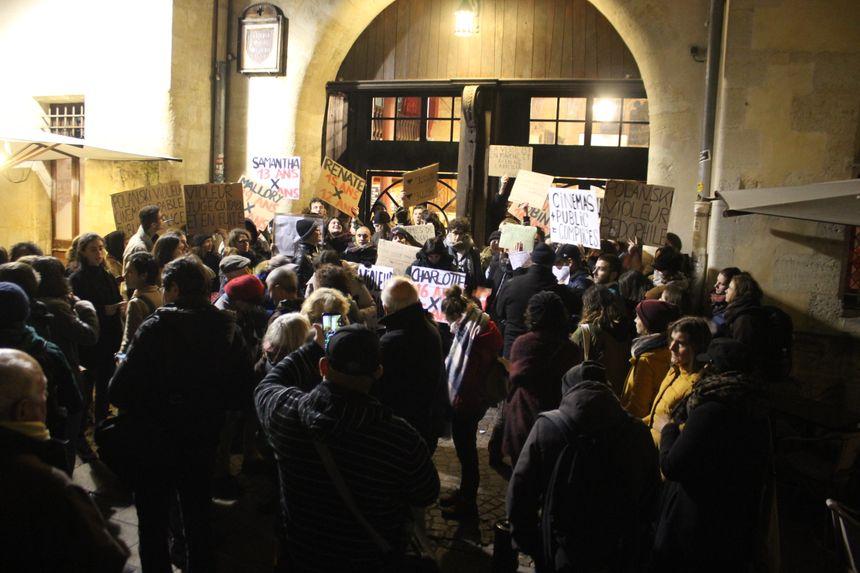 Les militantes empêchaient quiconque de rentrer au cinéma l'Utopia à Bordeaux ce mardi soir.