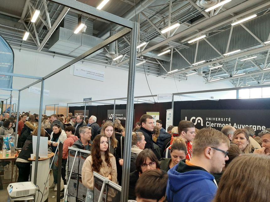 Beaucoup de monde sur le stand de l'université de Clermont.