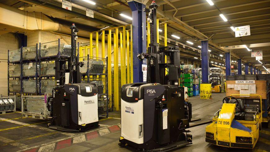 A gauche, deux des neufs cars à fourche chargés de la manutention des pièces dans l'atelier ferrage