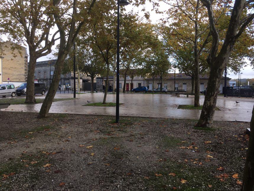 La place Ferdinand Buisson paraît loin de l'activité frénétique des chantiers de Bordeaux Euratlantique, qui ne sont qu'à quelques dizaines de mètres.