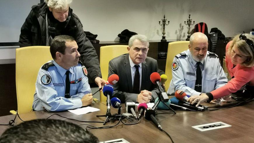 Le procureur de la République de Toulouse, Dominique Alzeari, entouré des gendarmes enquêteurs