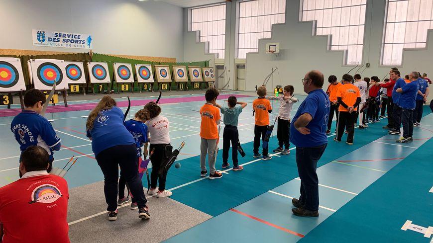 De jeunes archers ont participé pour la première fois à une compétition au gymnase Romain Rolland à Sens.
