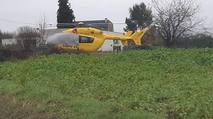 L'hélicoptère est posé dans un champ depuis vendredi.