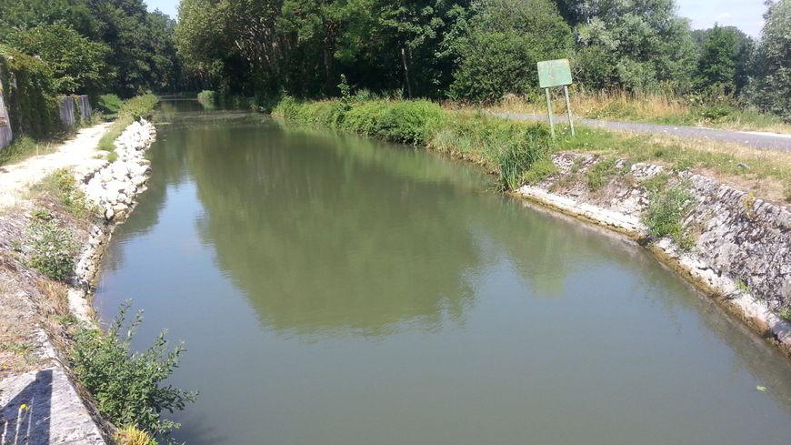 Le canal de Berry à Marmagne (Cher)