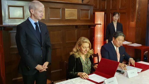 Franck Riester ministre de la culture, Sybile Veil, Présidente de Radio France, et le chef Long Yu à Shanghai pour la signature du partenariat