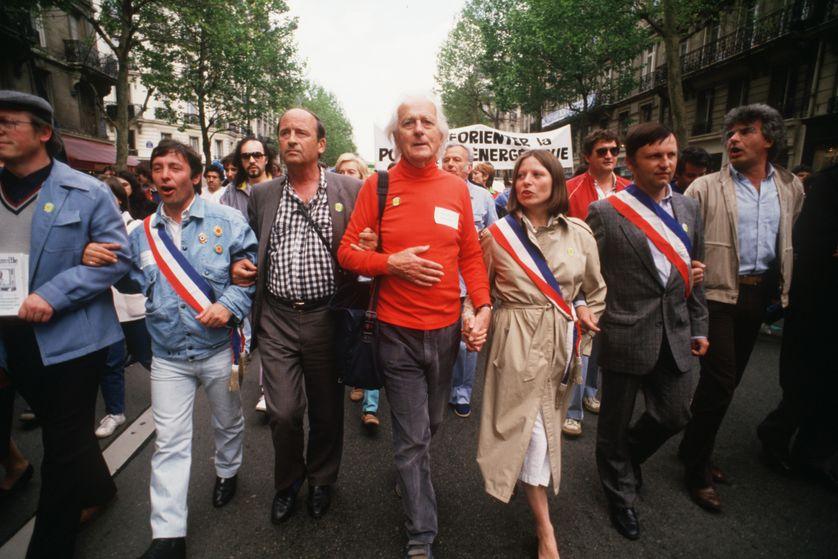 René Dumont (au centre) lors d'une manifestation anti-nucléaire à Paris, en 1986, après l'accident de Tchernobyl.