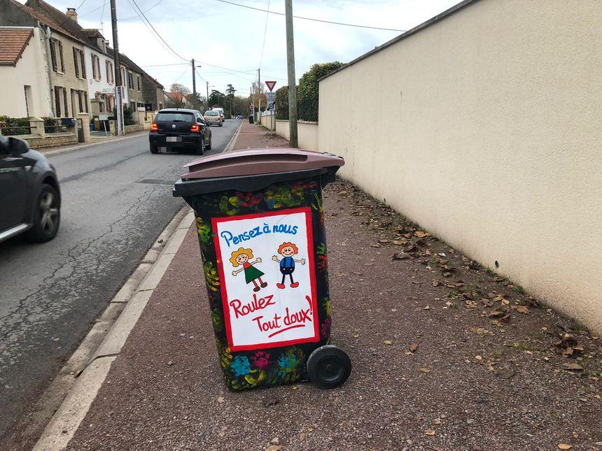 Les Chichebovillais ont peint leurs poubelles pour envoyer des messages aux automobilistes