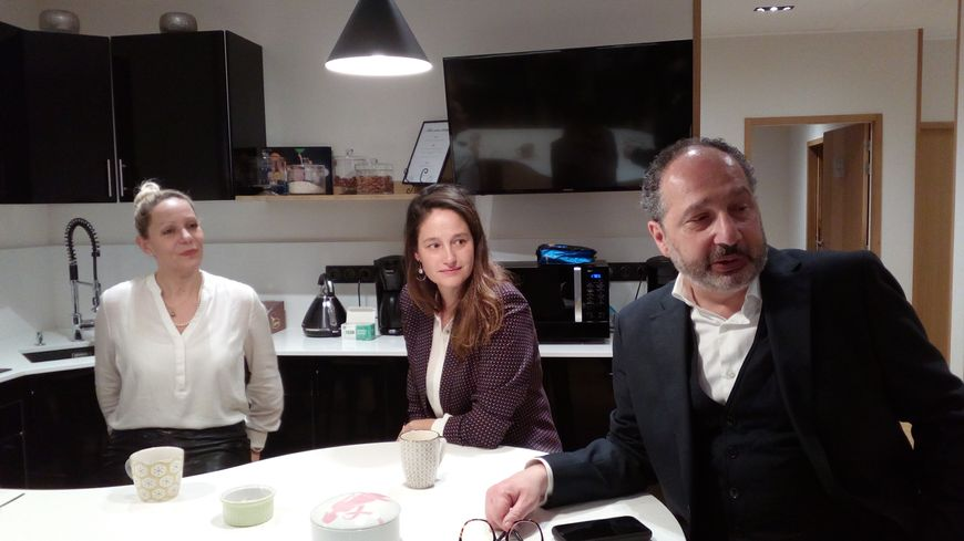 La comédienne Marie Gillain avec la présidente du centre S'Time Annabelle Chojnacki et le cancérologue Michel Gozy