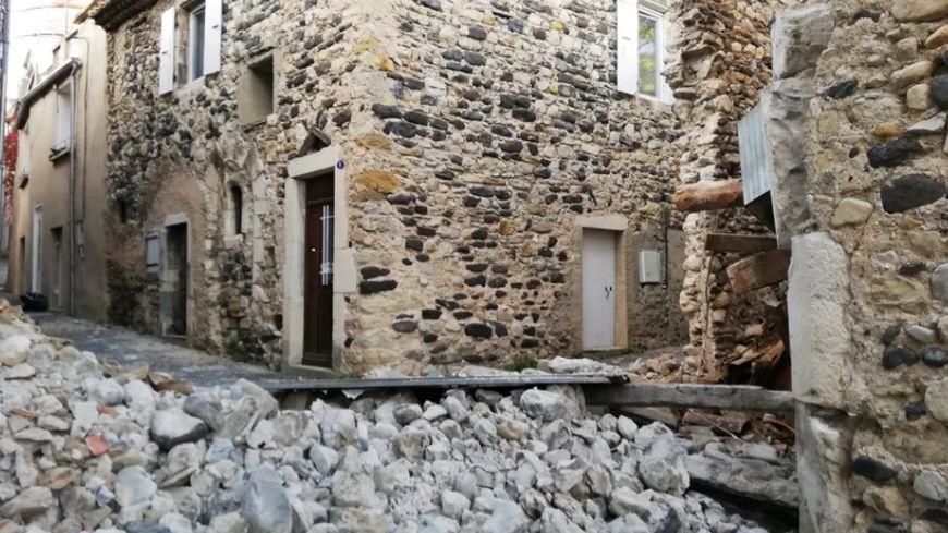 Une vieille bâtisse effondrée dans le hameau de Mélas au Teil