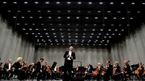 L'Orchestre national de Montpellier et son chef actuel Michael Schonwandt lors d'un concert au Corum de Montpellier
