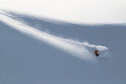 Snowboarder hors des pistes