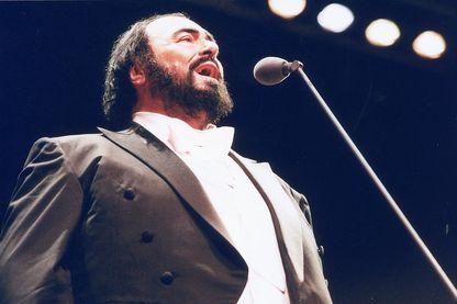 Le chanteur d'opéra italien Luciano Pavarotti, 2000