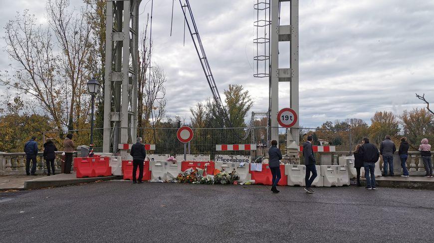 Un public de curieux vient voir ce qu'il reste du pont de Mirepoix-sur-Tarn