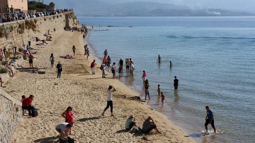 Les touristes sur la plage Saint-François, dans la baie d'Ajaccio.