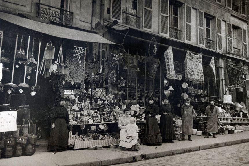 Le Bazar Saint-Joseph à Orléans en 1908. La petite fille sur les genoux est la grand-mère de l'actuel propriétaire, Guy Bourgeois